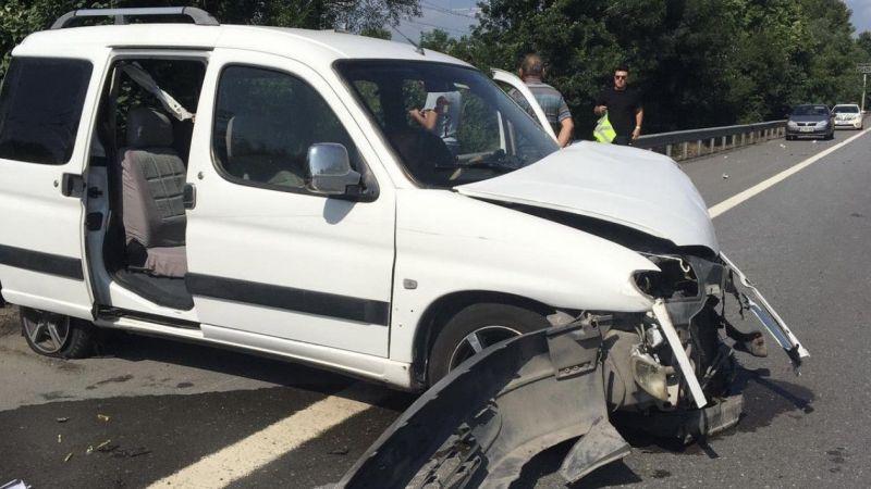 Kocaeli Haber - TEM'de Lastiği Patlayınca Önce Tıra sonra Bariyere Çarptı! 2 Yaralı
