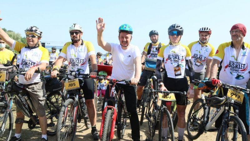 Kocaeli Haber - Tahir Büyükakın, bisikletçilerle birlikte pedal çevirdi