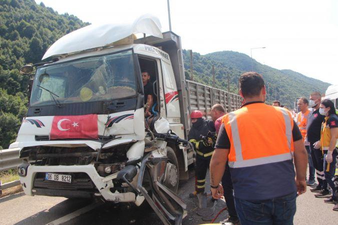 Tıra çarpan kamyonun sürücüsü sıkıştığı yerden 1 saatte kurtarıldı