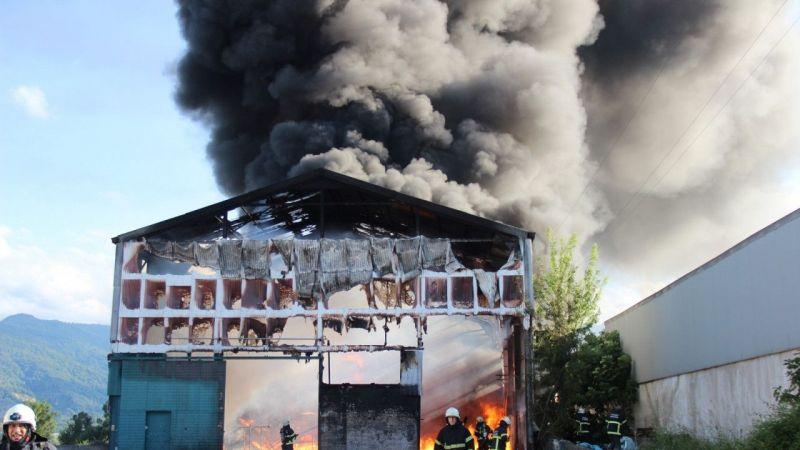 Kocaeli Haber - Eski Parke Fabrikası Alevlere Teslim Oldu, Siyah Dumanlar Gökyüzünü Kapladı