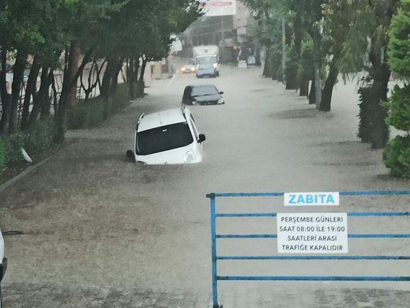 Kastamonu'da sağanak yağış cadde ve sokakları göle çevirdi