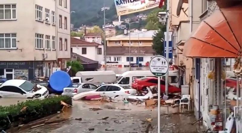 Sel sularına kapılan yüzlerce araç denize sürüklendi