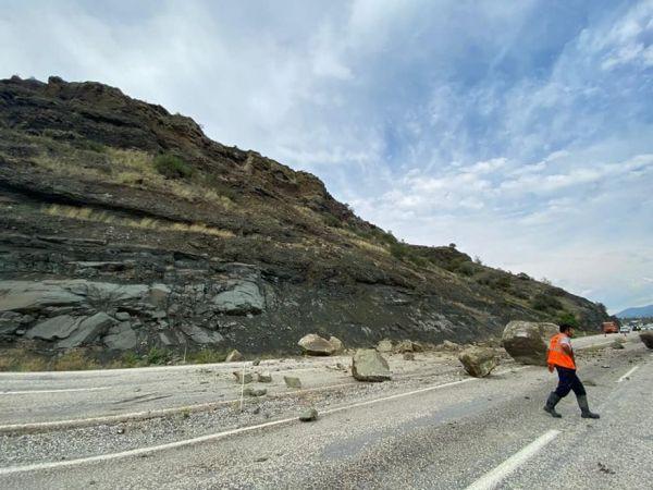 20 metre yükseklikten düşen kayalar karayolunu trafiğe kapattı