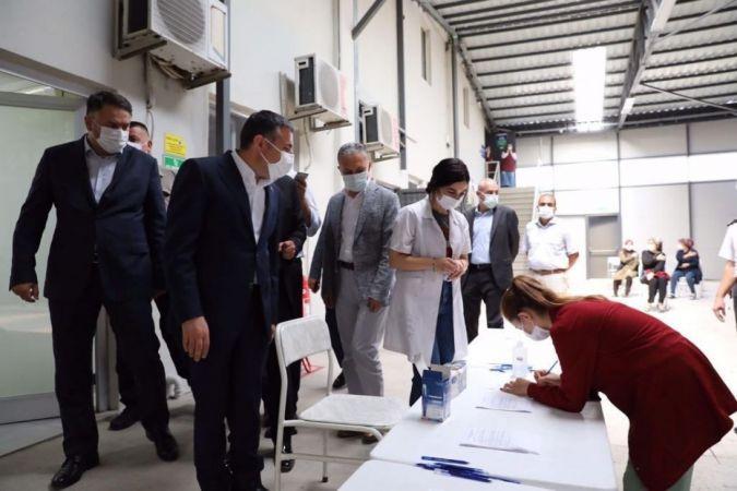 Mobil aşı ekipleri sağlık hizmetini işçilerin ayağına getiriyor