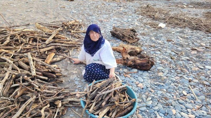Selin etkili olduğu Kastamonu'da sahile vuran odunları vatandaşlar topluyor