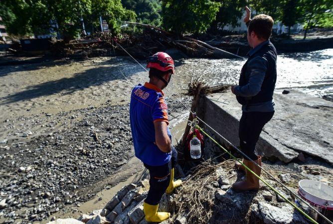 Bozkurt'ta ulaşımın kesildiği mahalleye su ve gıda böyle ulaştırıldı