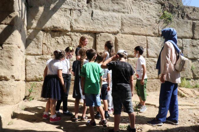Minikler antik tiyatroyu inceledi