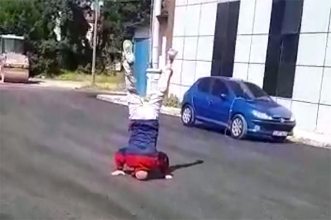 Yıllardır beklediği asfalt yola kavuşunca yaşına aldırmadan takla attı