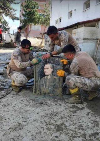 jandarma ekipleri, selde buldukları Atatürk fotoğrafını elleriyle yıkadı