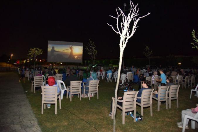 Kartepe'de yazlık sinema günleri ilgiyle izleniyor
