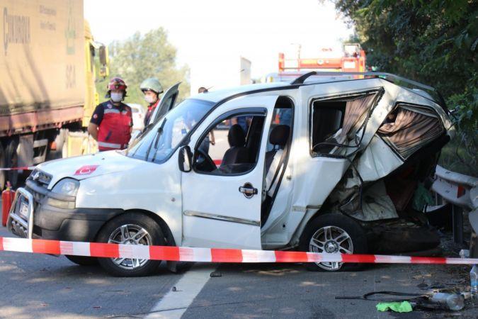 TEM'de iki hafif ticari araç çarpıştı: 1 ölü, 3 yaralı