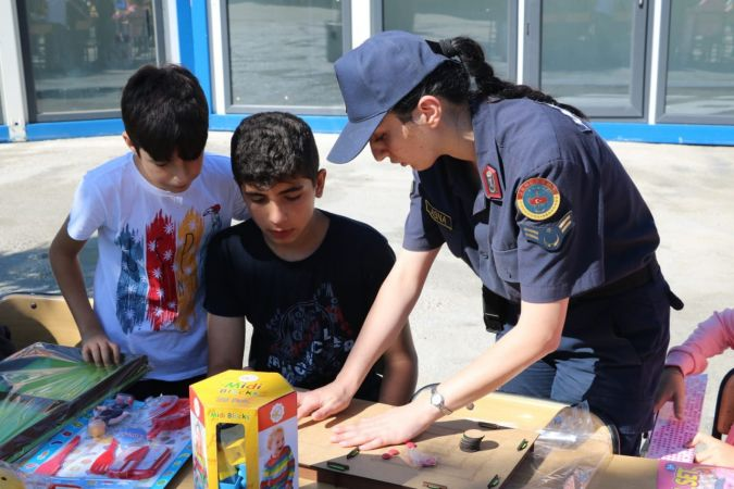 Jandarma Genel Komutanlığı, selden etkilenen çocuklara oyuncak dağıttı