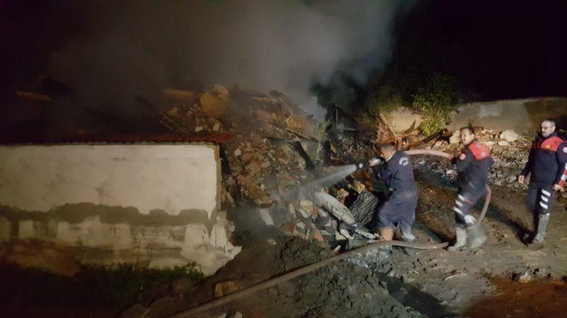Kastamonu'da 2 katlı ev, ahır ve samanlık küle döndü