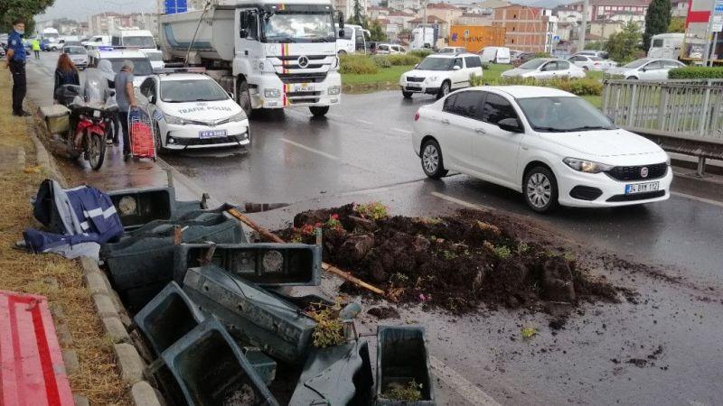 Kocaeli haber - Belediye işçilerini taşıyan römork devrildi: 3 yaralı