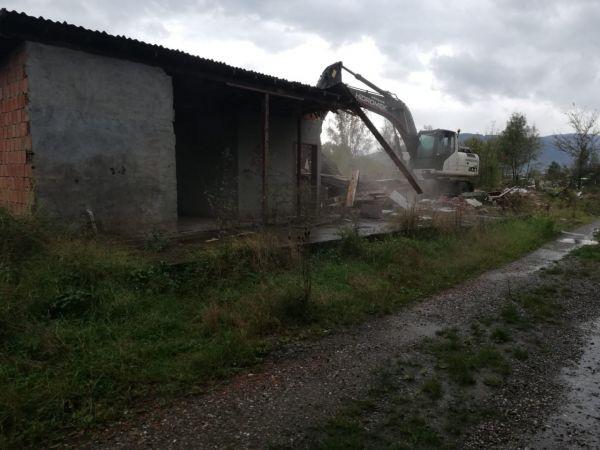 Cumayeri Belediyesi metruk binaları yıkmaya başladı