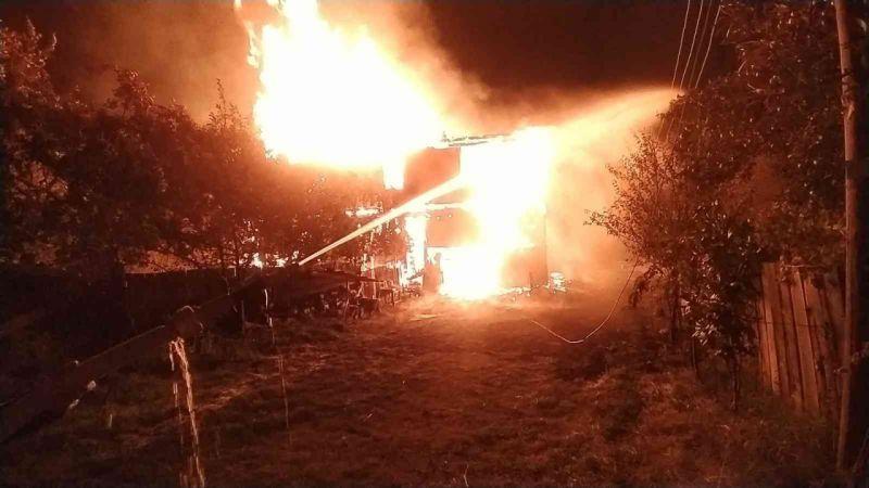 Kastamonu'da iki katlı ahşap ev alev alev yandı: 1 yaralı