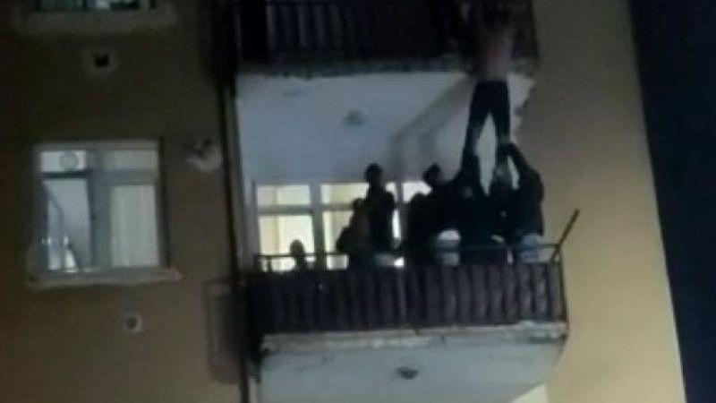Kocaeli Haber - Sevgilisi ile Tartışıp Balkondan Atlamaya Kalkışan Genci Mahalleli Kurtardı