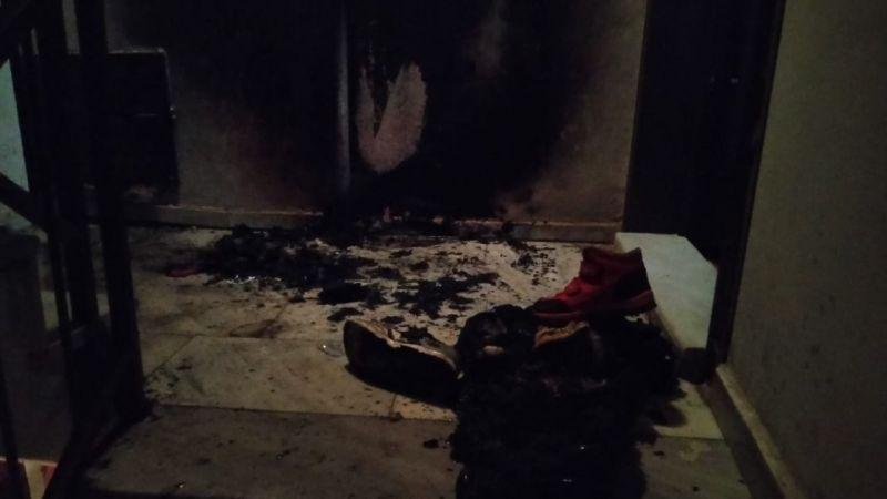 Gölcük'te kapısında duran ayakkabıyı yaktılar
