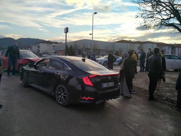Gölcük'te 3 araç bir birine girdi: 1 yaralı
