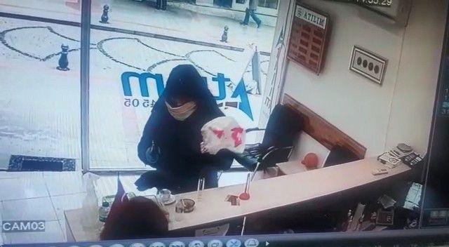 Kadın çalışan soyguncuyu kovaladı