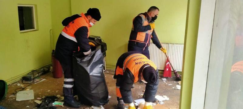 Gölcük'te koku yapan Çöp Evi Belediye temizledi