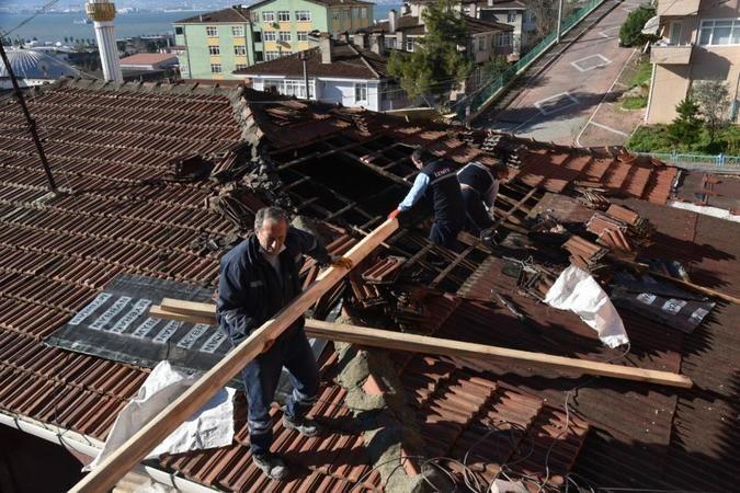 Çatısı yanan vatandaşa yardım ettiler