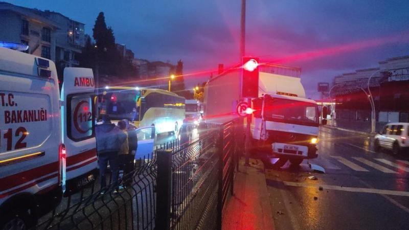 Gölcük'te Otomobile çarpan tır karşı şeride geçti: 2 yaralı
