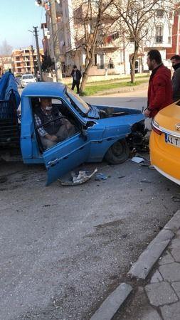 Gölcük'te 2 otomobil kafa kafaya çarpıştı