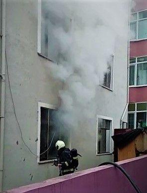 Binanın giriş katında çıkan yangın paniğe sebep oldu