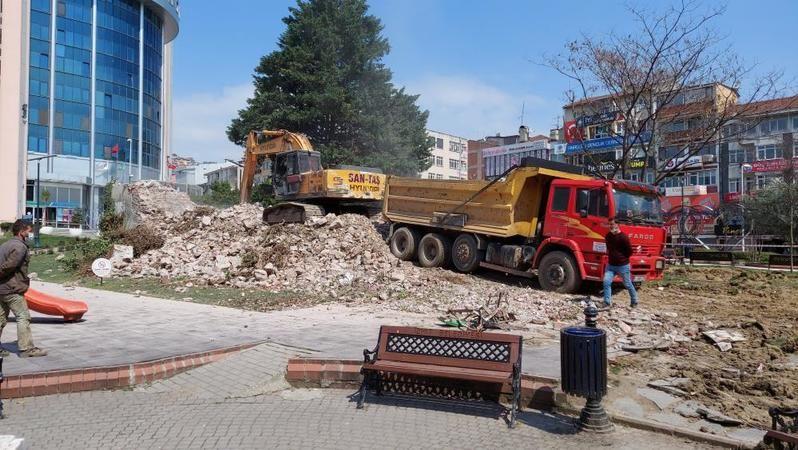 İzmit'in sembolü olan tarihi Tekel Binası yıkıldı