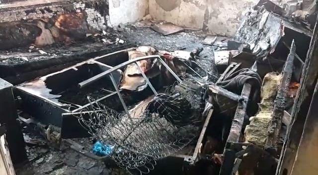 Yangında ölen adamın elleri ve ayakları zincirle bağlanmış