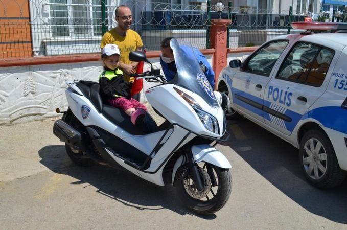 Polis üniforması giydi, motosiklete bindi