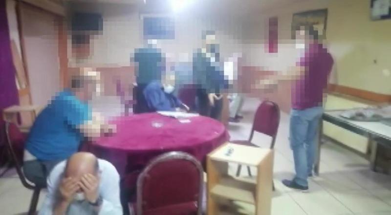 Yasakları delip kumar oynayan 24 kişi polise yakalandı