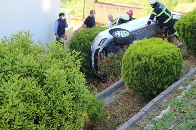 Otomobilini park ederken 4 metreden sitenin bahçesine uçtu