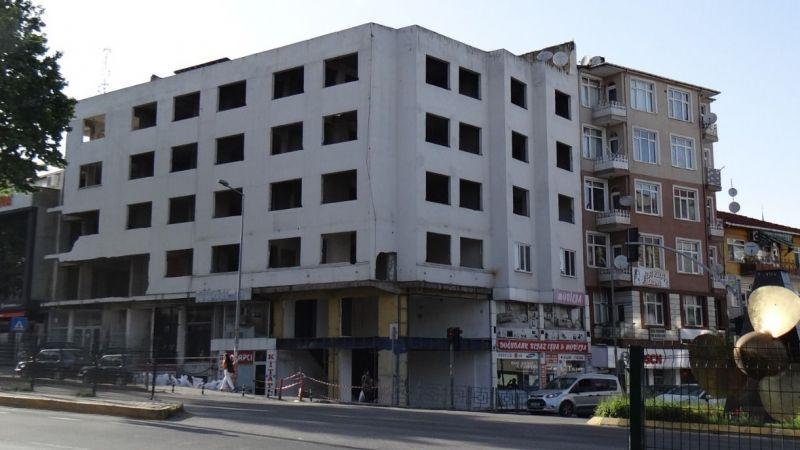 Coşkun Otel binası kaderine terk edildi