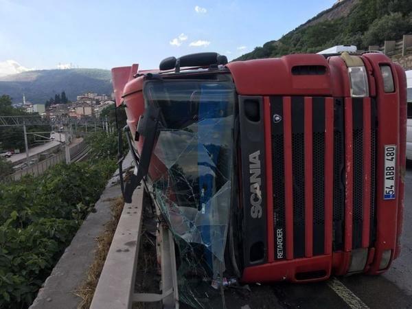 1 kişinin yaralandığı kaza, kara ve demir yolu ulaşımını aksattı