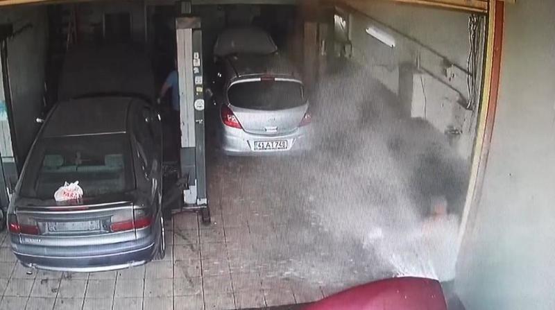 Hararet yapan otomobil, sanayide böyle patladı