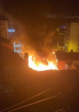 3 katlı binanın çatı katında çıkan yangın bir binaya daha sıçradı