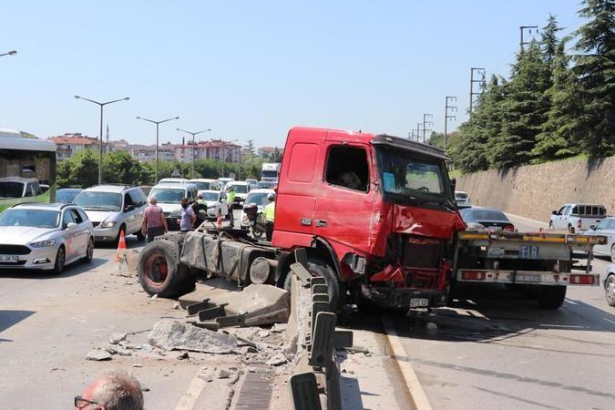 Beton blokları parçalayan tır, D-100'de trafiği felç etti