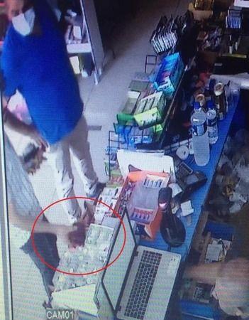 Büfede unutulan cüzdanı el çabukluğuyla böyle çaldı
