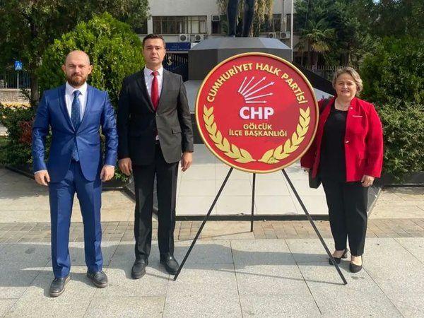 Gölcük CHP, 98'inci yıldönümü nedeniyle çelen takdim etti