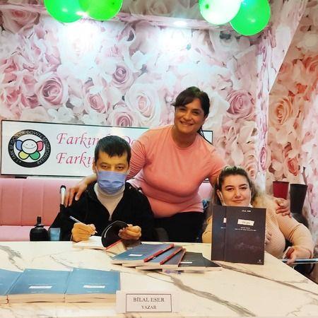 Cerebral Palsy'li öğrenci Bilal Eser kitabını imzaladı