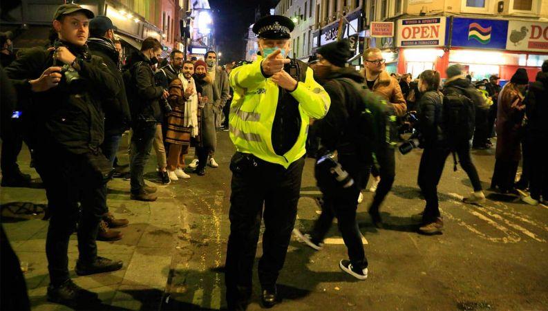 İngiltere'de karantina protestosuna polisten müdahale: 9 gözaltı