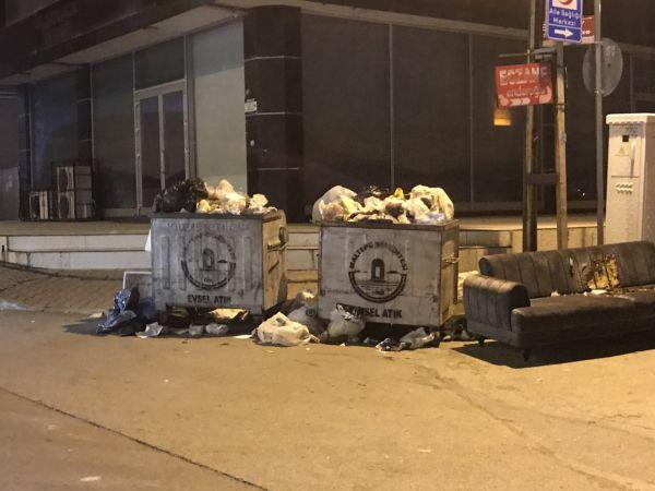 Maltepe'de grev nedeniyle toplanmayan çöpler sokaklarda birikti