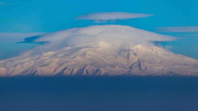 Görenleri mest etti: Karlı dağlara buluttan şapka