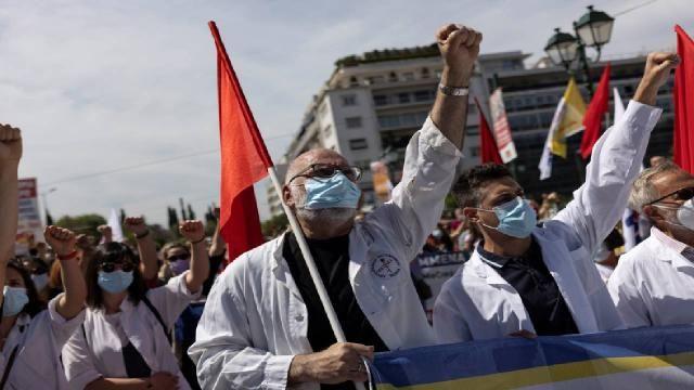 Yunanistan karıştı: İşçi ve memurlar sokakta
