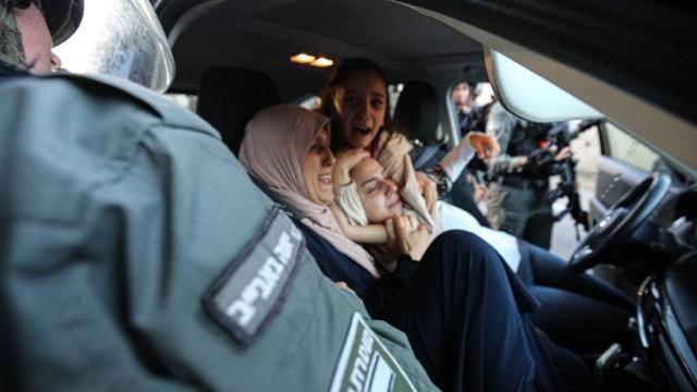 Siyonistler Filistinli kadının başörtüsünü çıkardı