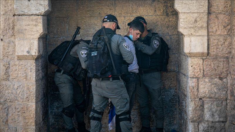 İşgalci İsrail polisleri, top oynayan Filistinli çocukları gözaltına aldı