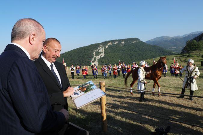 Erdoğan ve Aliyev Şuşa'da at yarışı izledi