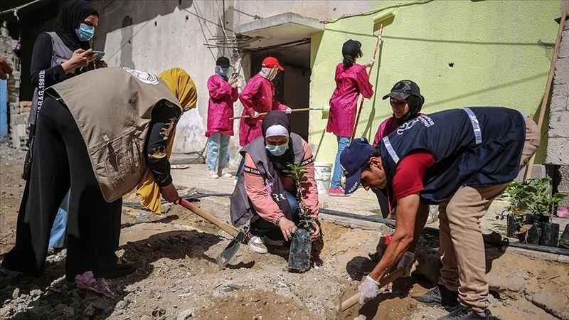 Filistinli kadınlar katil İsrail'in yıktığı yerleri temizleme ve ağaçlandırma girişimi başlattı